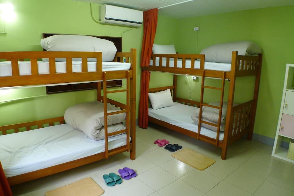 每房皆為四人入住,單人加大床墊,有女孩房及混合房兩種房型