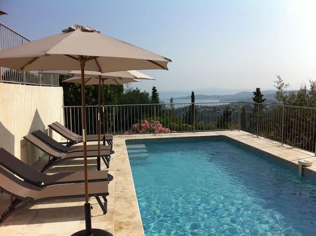Villa met verwarmd zwembad en zeezicht