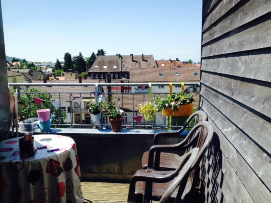 Sonniger Balkon mit Aussicht