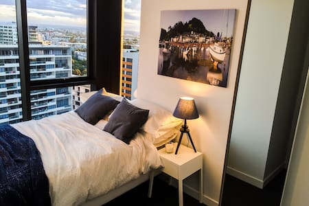 Clean and Compact Double Bedroom with Views - Zetland
