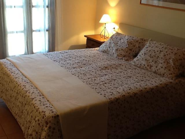 Habitación con cama doble tiene acceso a su propio baño