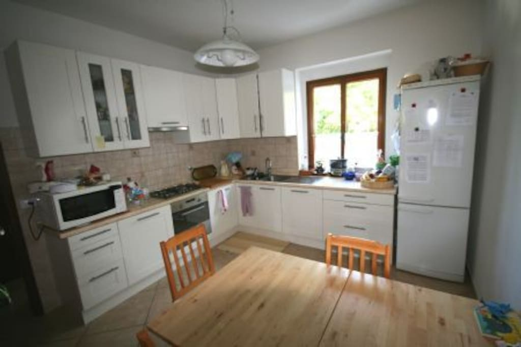 La cucina è ampia e spaziosa. Microonde, piano cottura, frigo e lavastoviglie sono a disposizione. Nessun problema se siete numerosi!
