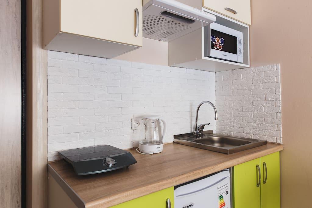 мини-кухня с плитой, СВЧ, посудой