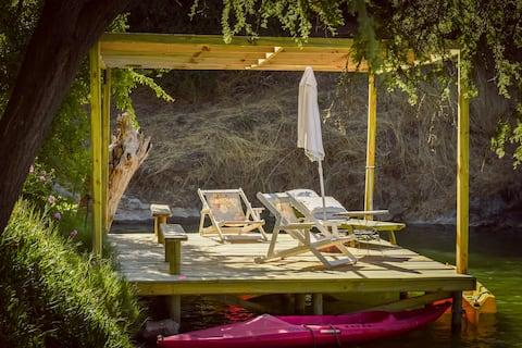 Cabine Adobe rústica nas margens do Lago Rapel