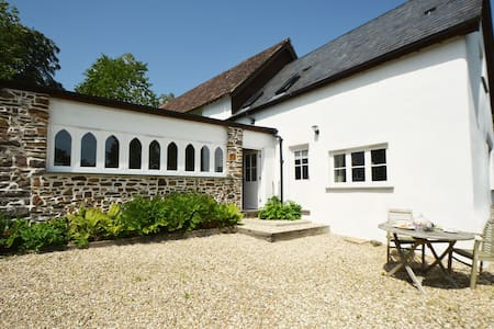 Luxurious cottage with private lake, fantastic views and walks