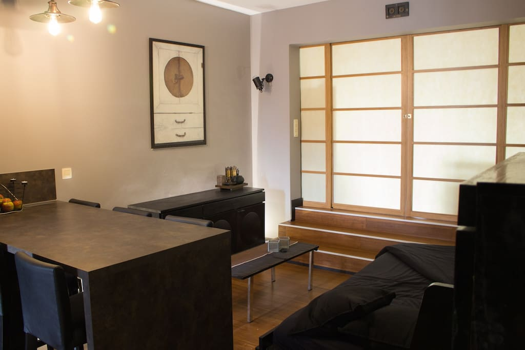 Living + dining room avec canapé lit déplié.