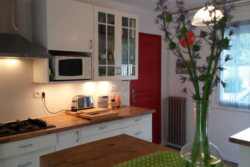 la cuisine équipée ouverte sur la salle