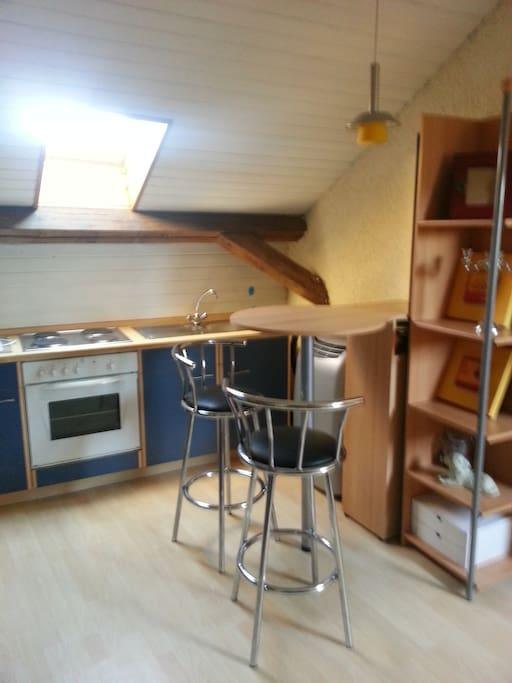 Blick auf den vorderen Küchenbereich mit Essecke
