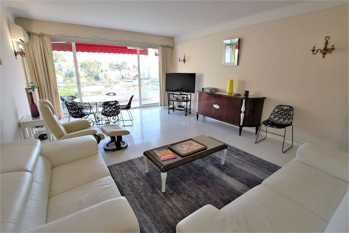 air conditioned large living room equipped, TV, WIFI, dining table, 2 sofas