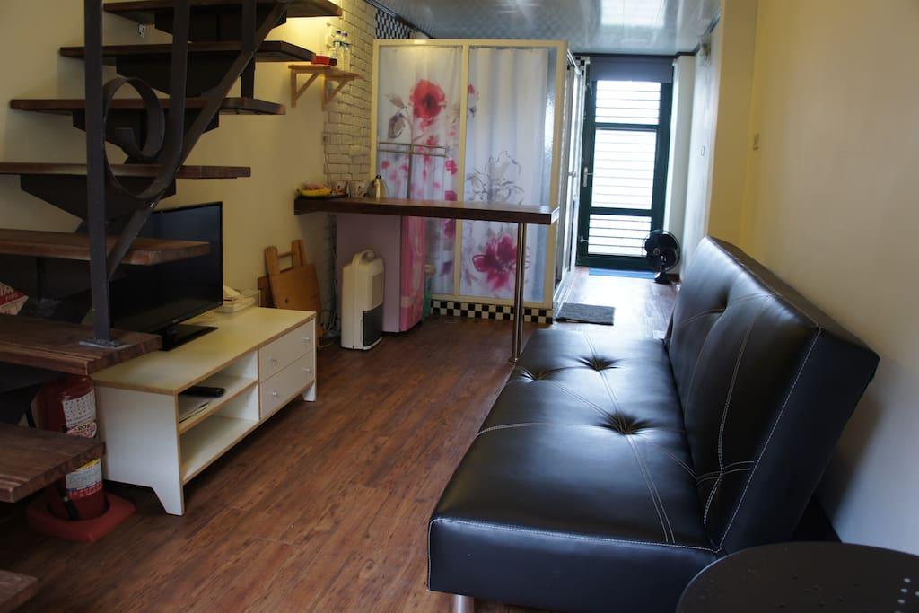 1st floor living room & bathroom 一樓客廳及衛浴