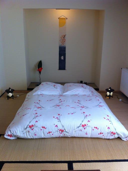 Futon sur tatamis représentant un environnement naturel. Ils permettent la relaxation de l'esprit                                                         et dégagent dans la pièce un arôme qui aide au sommeil.