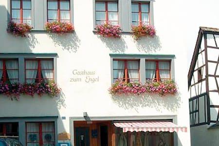 Central, quaint, quiet & breakfast - Feuerthalen