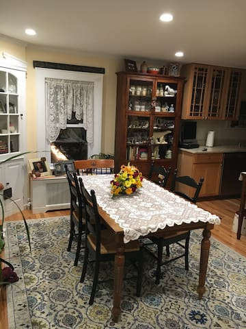 Private room in beautiful River Town house. - タリータウン(Tarrytown) - 一軒家