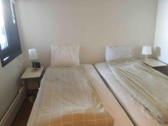 Soverom nr 1, med to senger som kan settes sammen til dobbelseng
