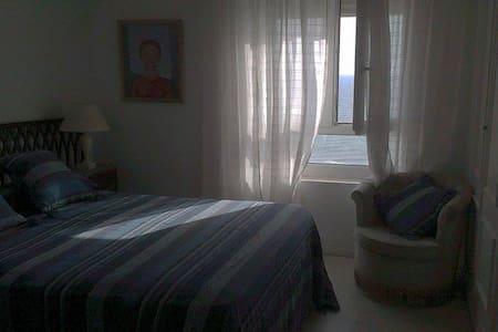 Dormitorio con ventana vista al mar - Cádiz - Lejlighed