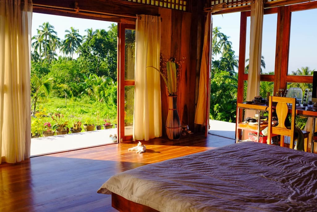 Open rooms with views to the mountain and the sea.