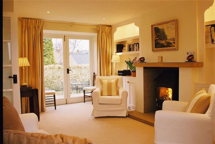 Quiet modernized old Granary self-catering cottage - Donnington, nr Stow-on-the-Wold