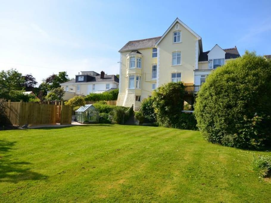 Large well maintained lawn for games and sunbathing or a simply picnic!