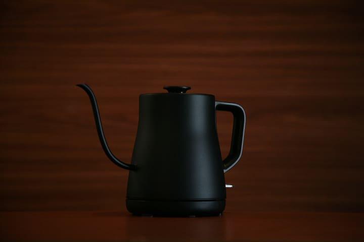 各部屋にハンドドリップの電気ケトルをご準備しております。/ Each room has a hand drip electric kettle. /각 객실에는 손잡이 형식의 전기포트를 준비해두었습니다. / 各房間附有電子溫水瓶