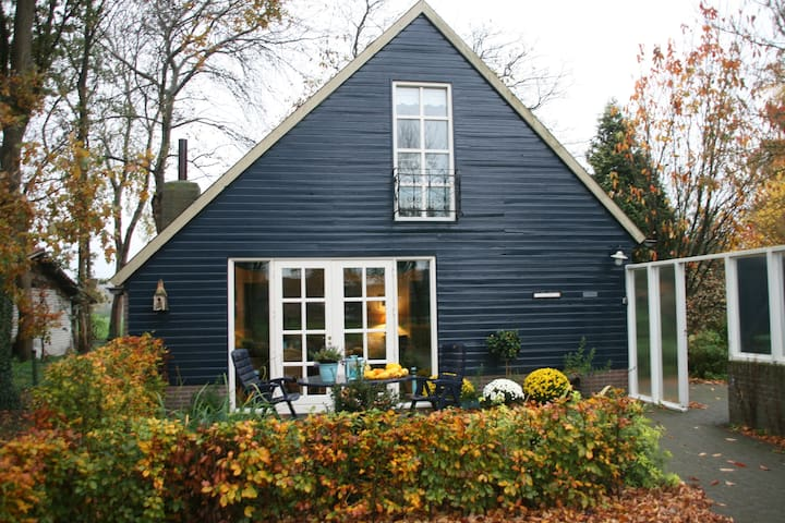 Romantisch Ruim Vrijstaand Tuinhuis