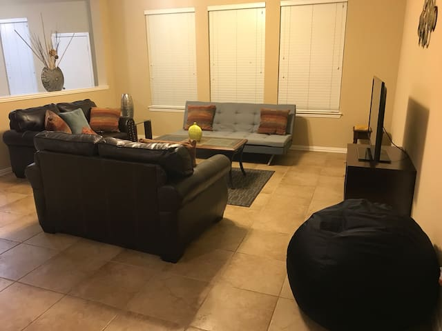 Extra Large 4BR/2BA Home Minutes From Town Square