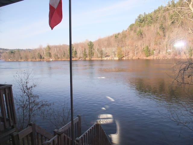 Riverfront Home in Wakefield QC - Wakefield - Casa