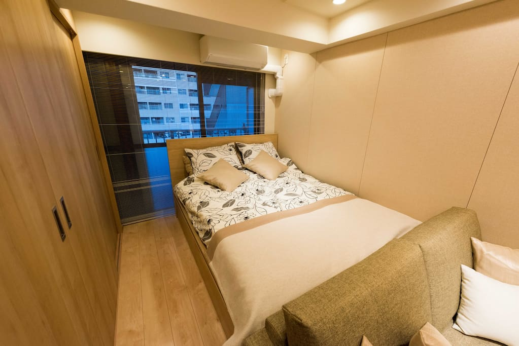 Comfortable big double bed, have a good dream here. 舒适的大双人床,做个好梦!