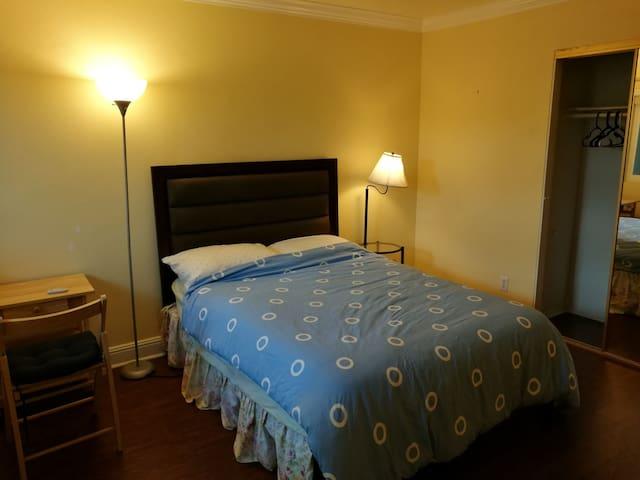 Quiet, cozy private room. Walk to culver center - Irvine - Řadový dům
