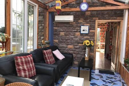 温暖的小木屋与阳光房相连,置身其中会使你放松到极致 - 句容市