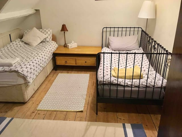 Twin beds, 7min To Train station,Upstairs 3rd fl
