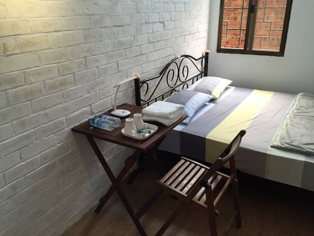 Double Bed Private Room~Roly Hostel - Yangon - Asrama