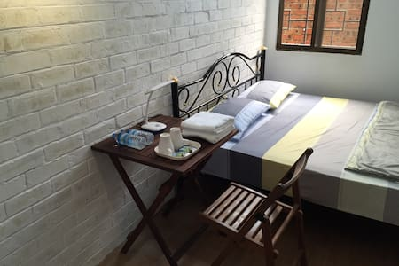 Double Bed Private Room~Roly Hostel - Yangon - Dormitório