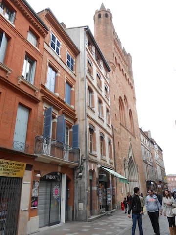 Situé à côté de l'église du Taur, une situation idéale au cœur de Toulouse.