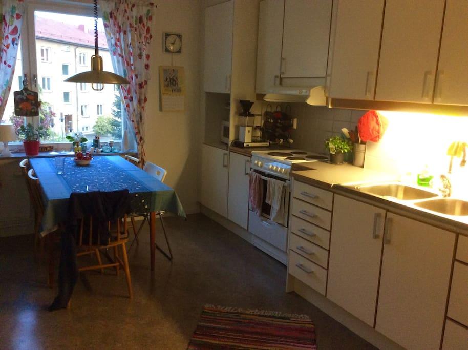 Köket med plats för 6 personer runt bordet