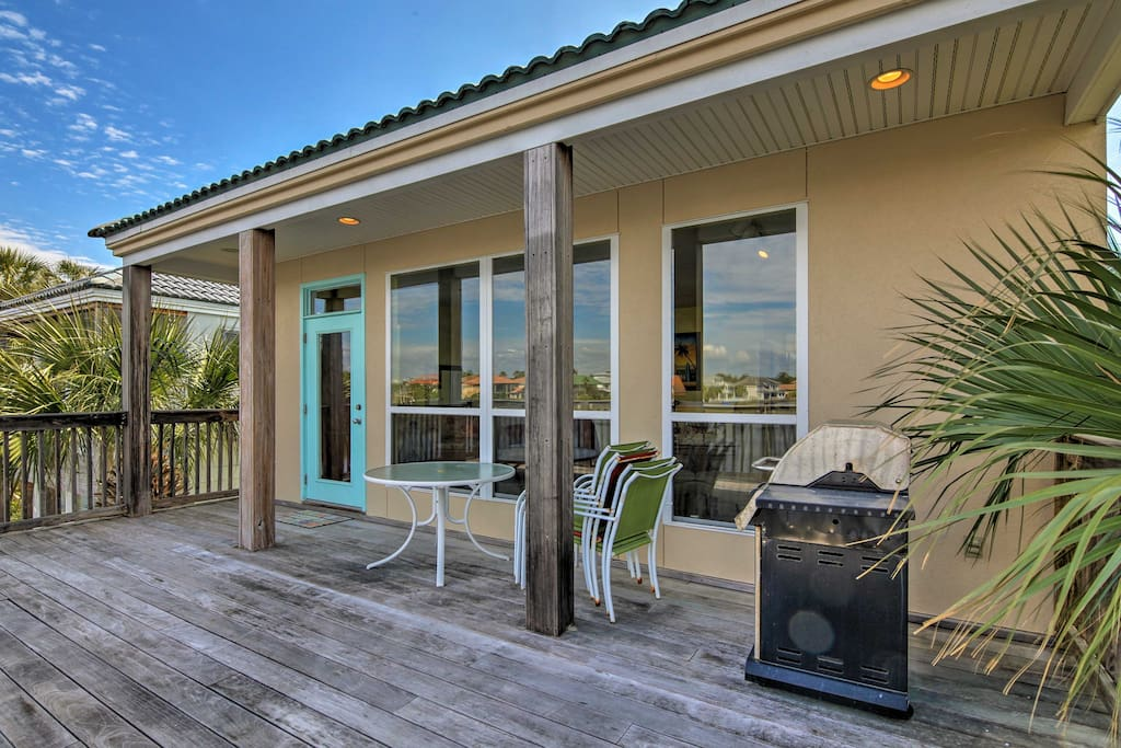 This 2-bedroom, 2-bath vacation rental home in Destin is a tropical retreat!