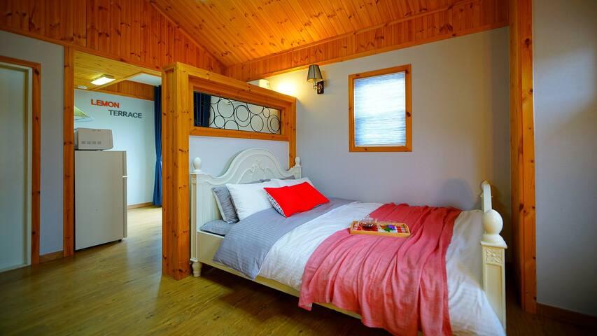 침대에서 밖을 볼 수 있는 4개의 창이 있어 개방감이 돋보이는 객실 레몬여섯