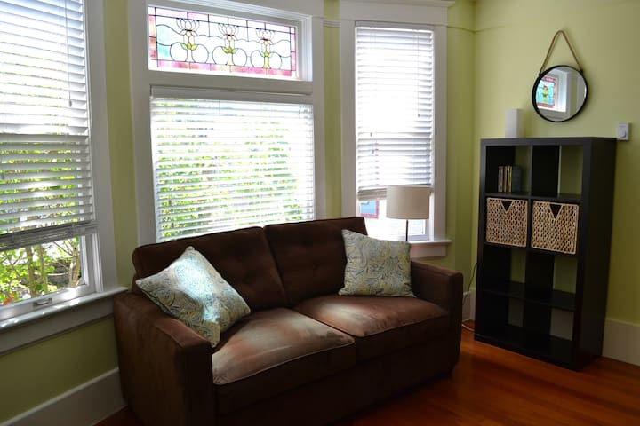 Sunny Character 1 Bdrm in Fernwood - Victoria - House