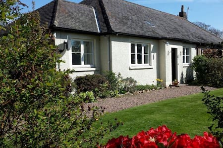 Lovely secluded modern 4 bed house - House