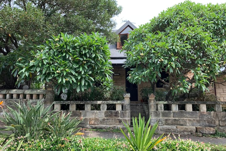Sandstone cottage close to Manly w private access
