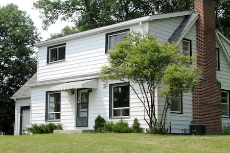 Bay of Quinte Rectory Cottage - Deseronto - Chalet