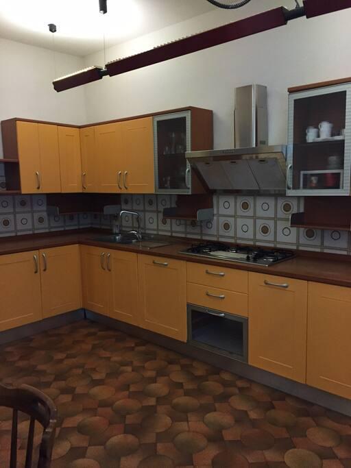 cucina a vista sulla sala da pranzo