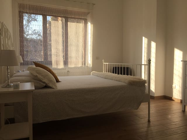 Camera da letto molto luminosa e spaziosa/Spacious and bright bedroom with king size bed and drawers