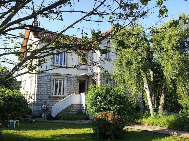 Maison agréable, 5' du centre-ville - Dole - Huis