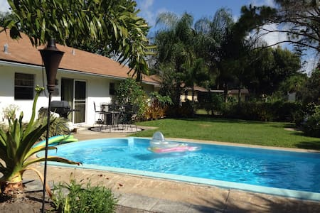 Tropical Pool Garden Bungelow - Fort Pierce