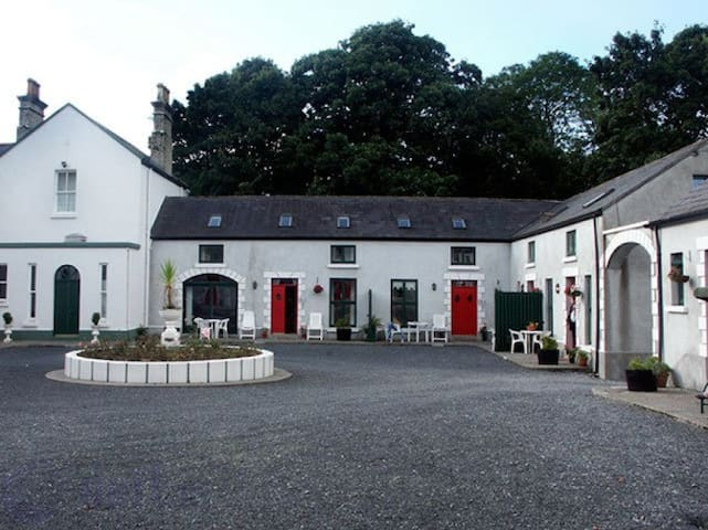 The Coach House in  Manor Courtyard - Ballyglunin - Huis