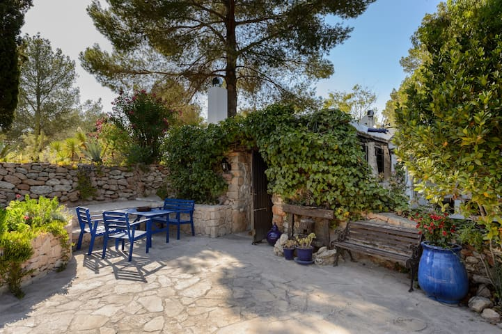 Romantic ivy-clad cottage with beamed ceilings - Sant Josep de sa Talaia - Huis