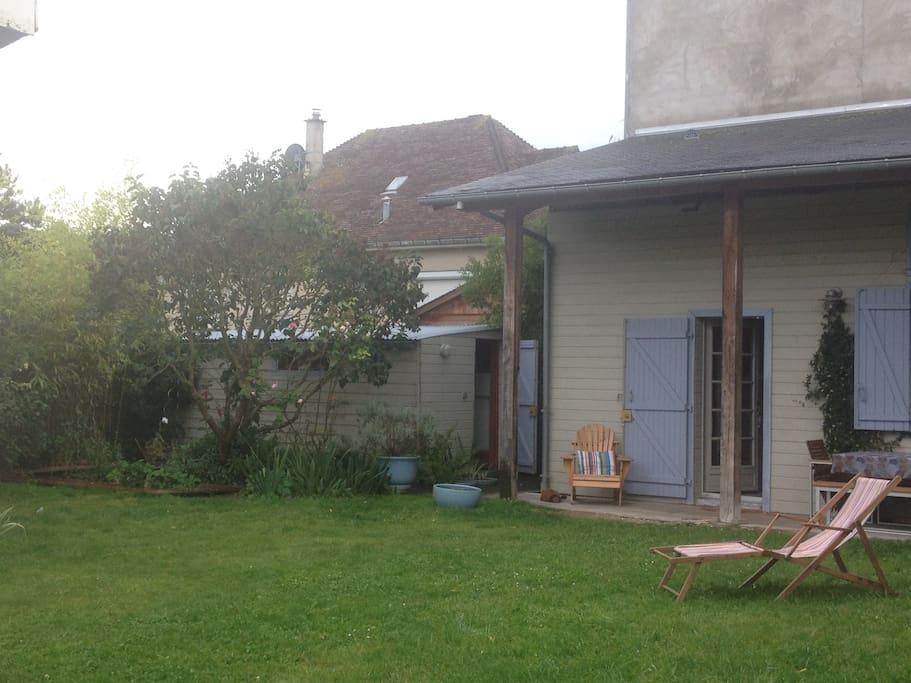 A la campagne et à la mer, une maisonnette en bois de style américain au milieu d'un jardin.