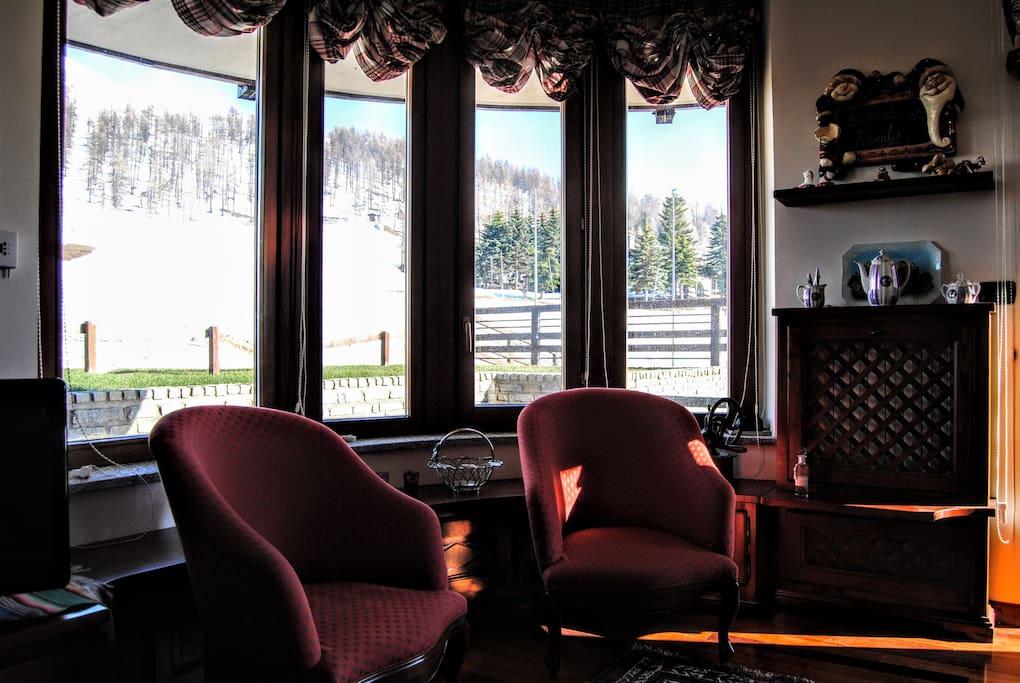 Salotto con vista sul gardino e sulle piste da sci - Living room with garden and ski pistes view
