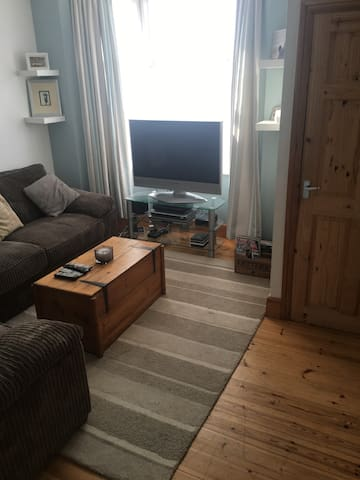 Private double room in a spacious village home : ) - Rugby - Huis