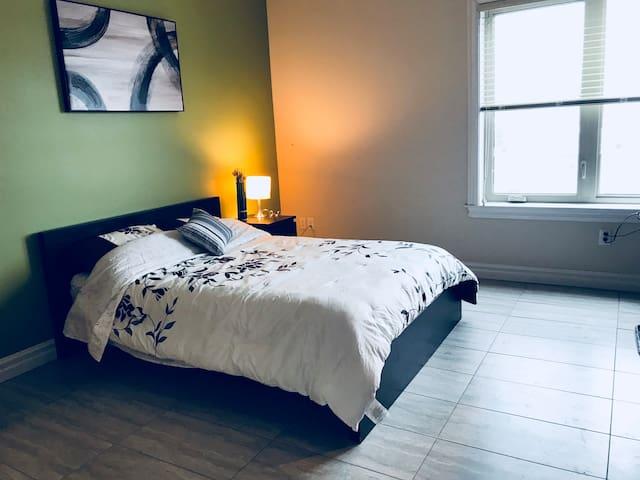 Modern bachelor suite near downtown+ free parking